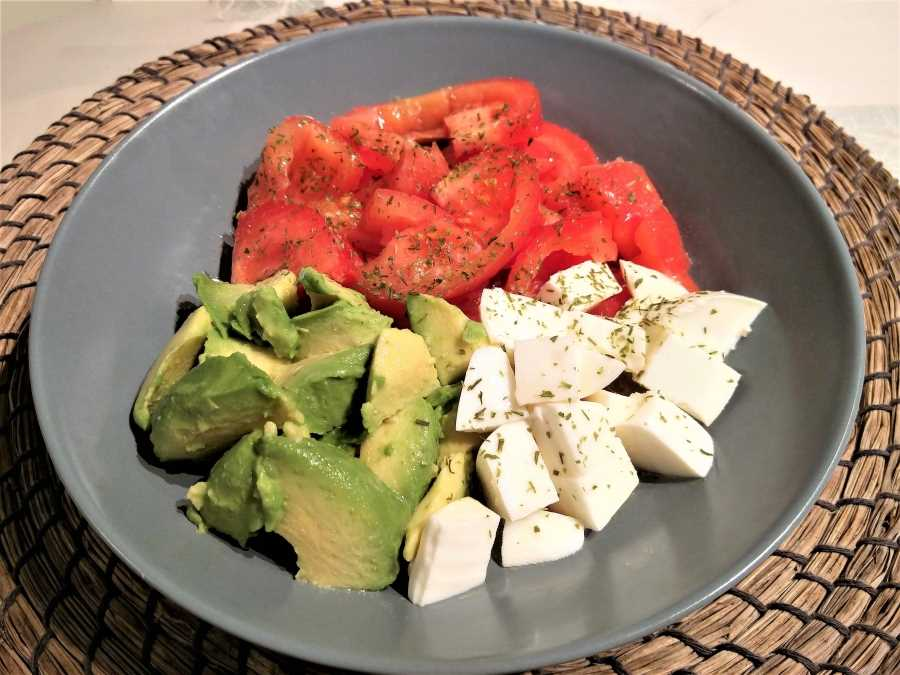 Tomate con aguacate y queso fresco